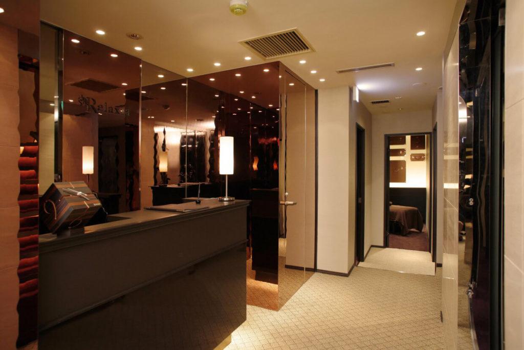 リラクゼーションサロンの店舗デザイン・店舗内装例_フロントから個室へ