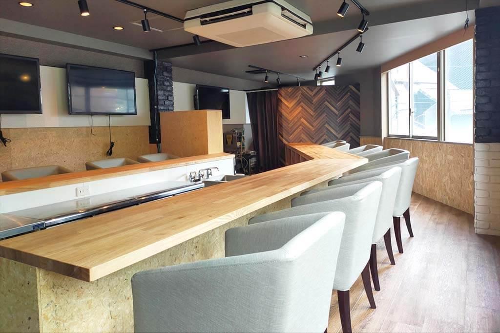 バー内装事例_カフェの様な寛げる空間